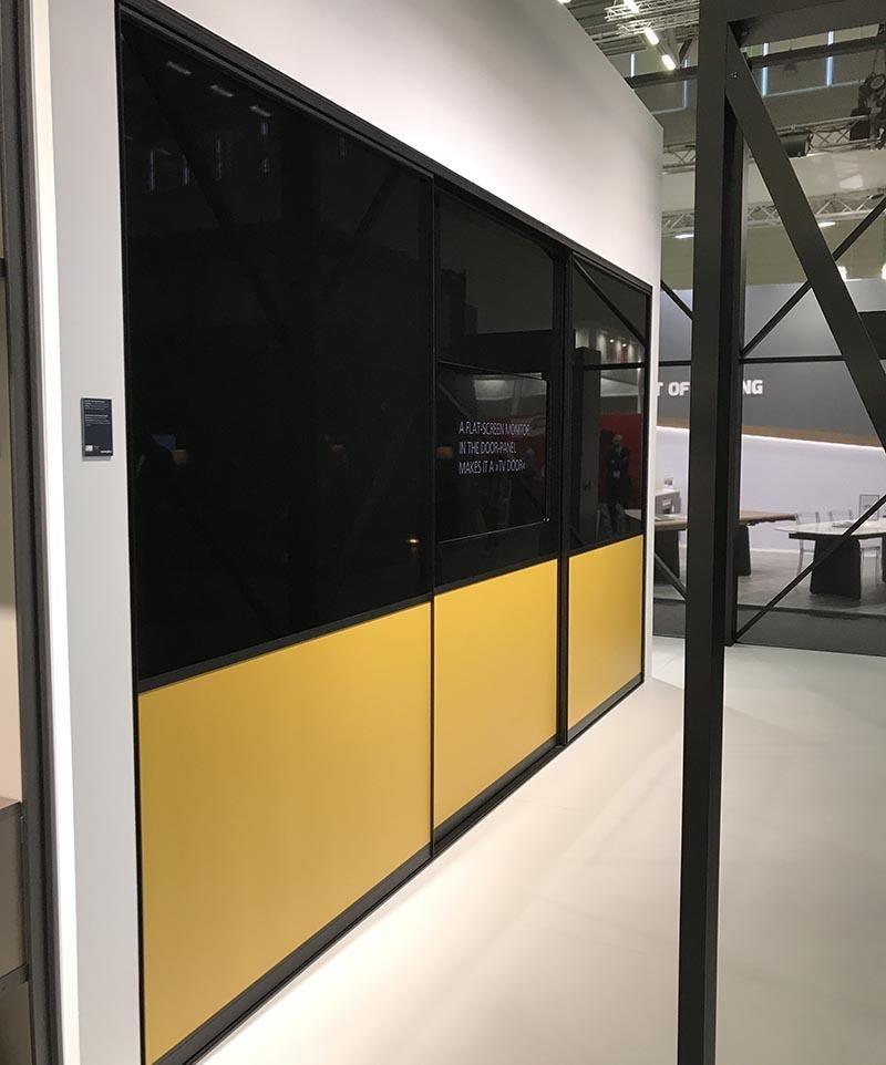 Skyvedører med svart og gult glass og svarte profiler