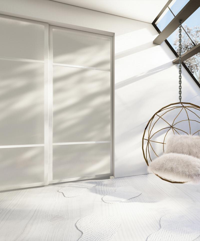 Skyvedører med hvitt glass med hvite profiler og sprosser