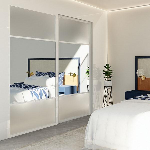 Skyvedører med farget glass og klart speil, med hvite profiler og sprosser