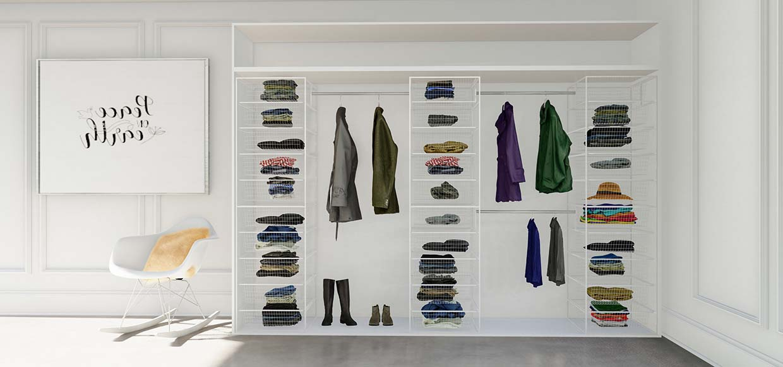 rimelig garderobeinnredning med trådkurver og garderobestenger