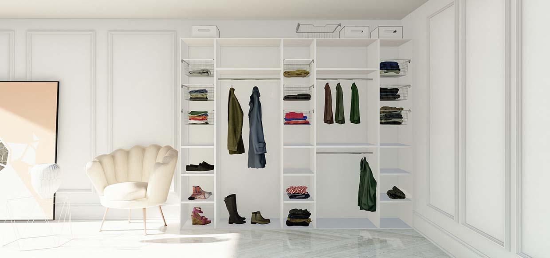 Garderobeinnredning med trådkurver, hyller og garderobestenger