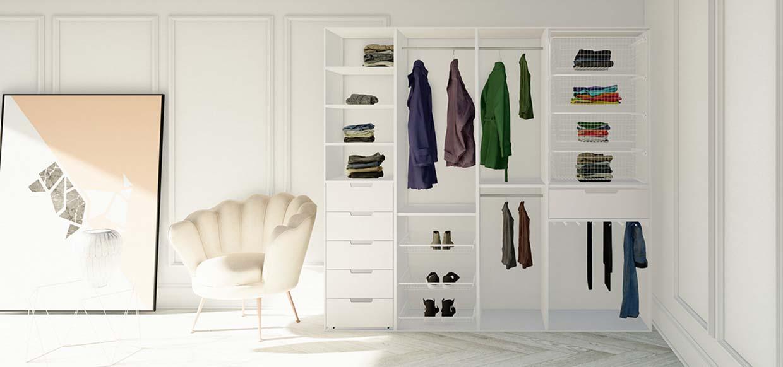 Garderobeinnredning med skuffer, trådkurver, hyller og garderobestenger