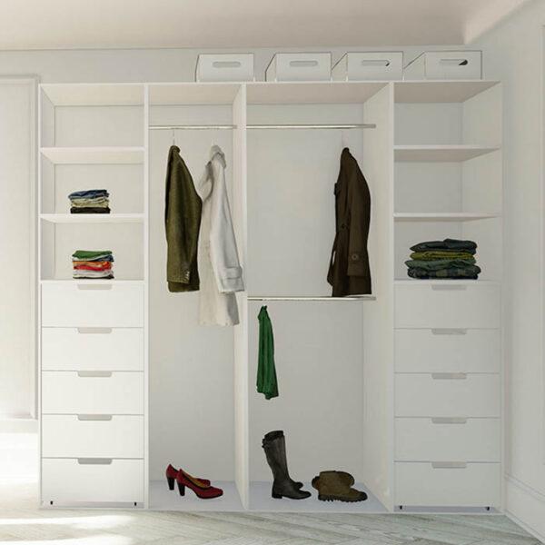 smart innredning til garderoben med skuffer, hyller og garderobestenger