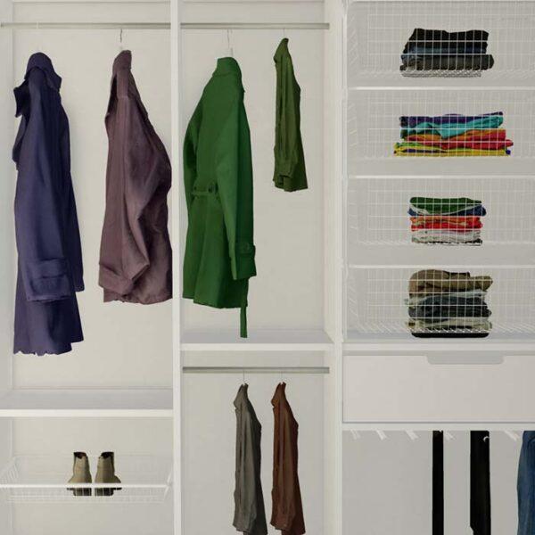 smart innredning til garderoben med garderobestenger i flere høyder