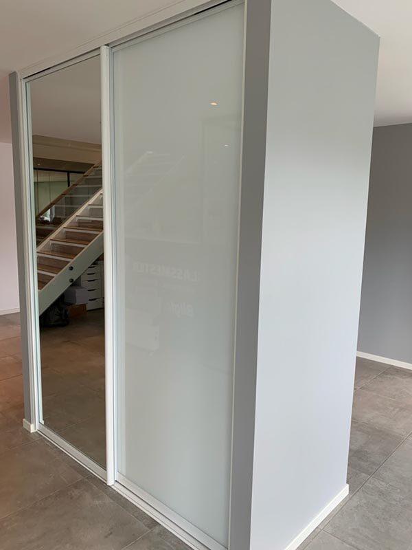 Skyvedørsgarderobe med skyvedører med hvitt glass og klart speil og profiler i sølv
