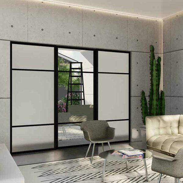skyvedører med hvitt glass, klart speil, svarte sprosser og profiler