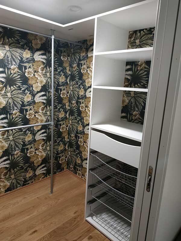 Garderobeinnredning til walk-in-closet levert av Garderobemekka