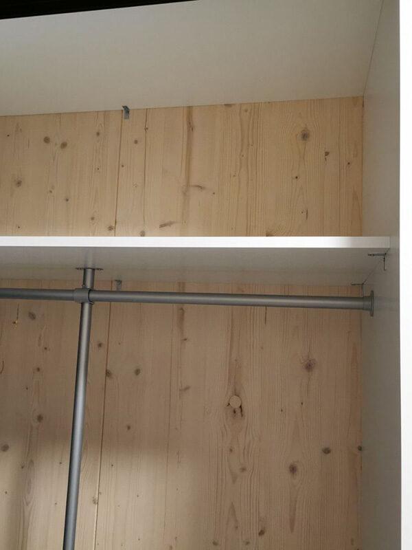 garderobeinnredning med hyller og garderobestenger tilpasset på mål