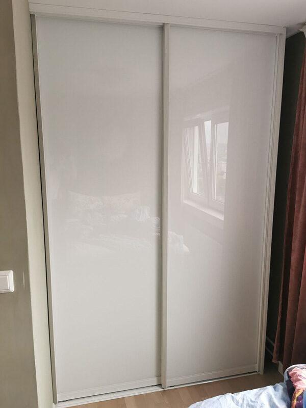 skyvedørsgarderobe på soverom med hvitt glass og hvite profiler