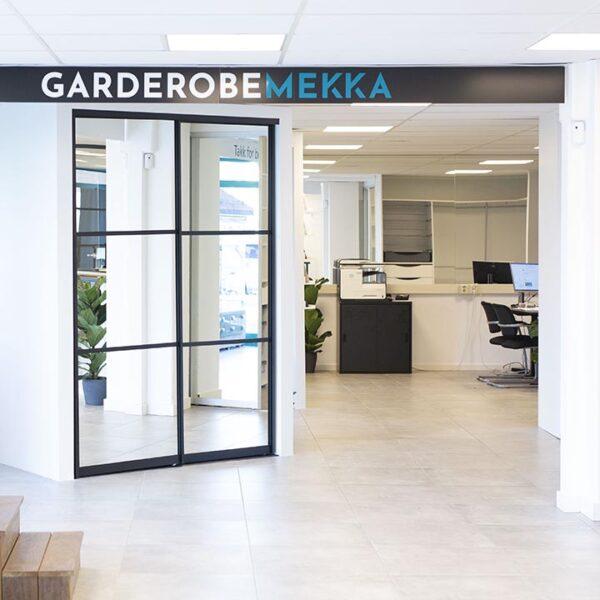 utstilling av bærekraftige skyvedørsgarderober hos Garderobemekka Bærum
