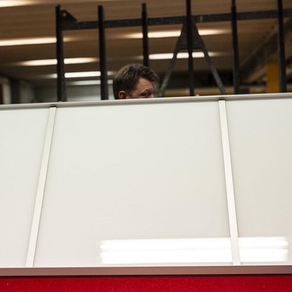 arbeider som bærer en skyvedør til en av våre skyvedørsgarderober produsert av Garderobemekka
