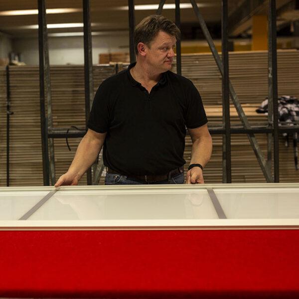 arbeider som legger siste hånd på produksjonen av skyvedør til en av våre skyvedørsgarderober