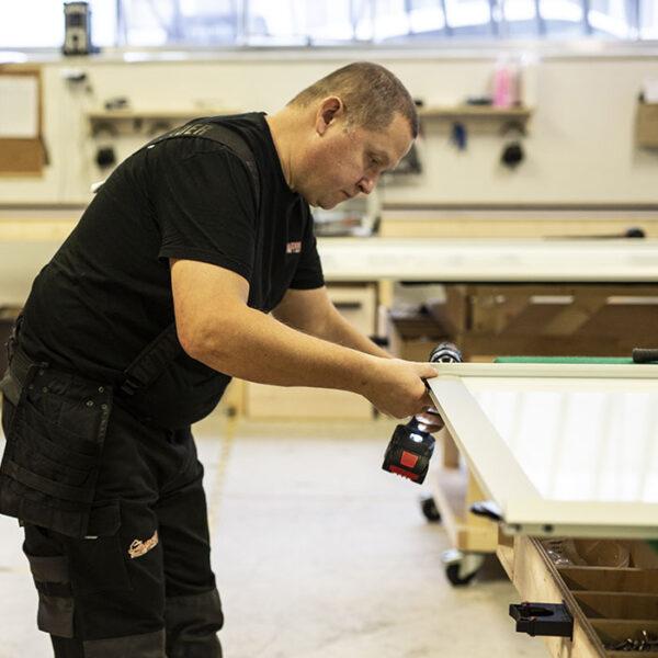 mann som produserer bærekraftige skyvedører i fabrikken til garderobemekka på Lørenskog