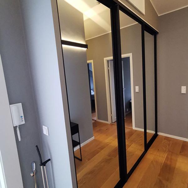 speil på skyvedørene til garderoben i gangen