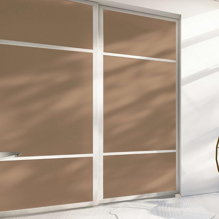 skyvedører med farget glass og profiler og sprosser i aluminium