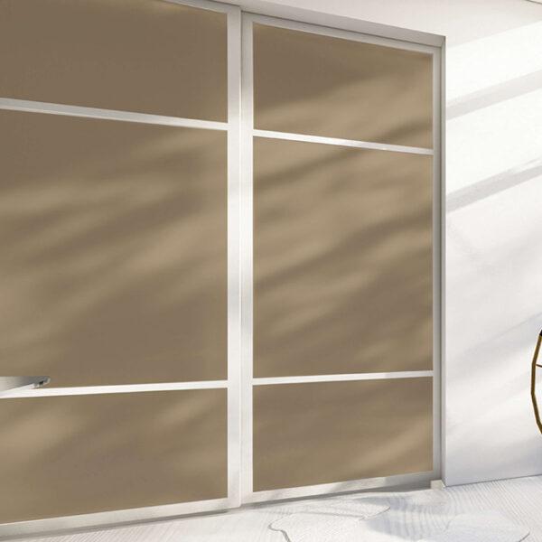 skyvedører med lysebrunt glass og hvite sprosser og profiler