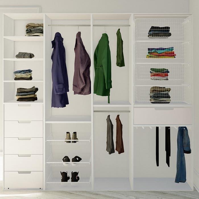 garderobeinnredning med skuffer, hyller, trådkurver, skohyller, bukseheng og garderober