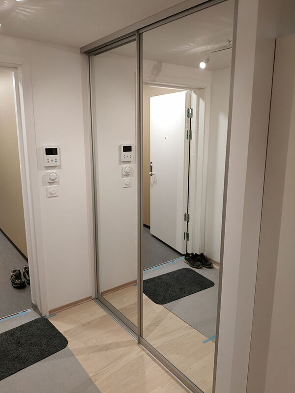 skyvedører med klart speil og sølvfargede profiler