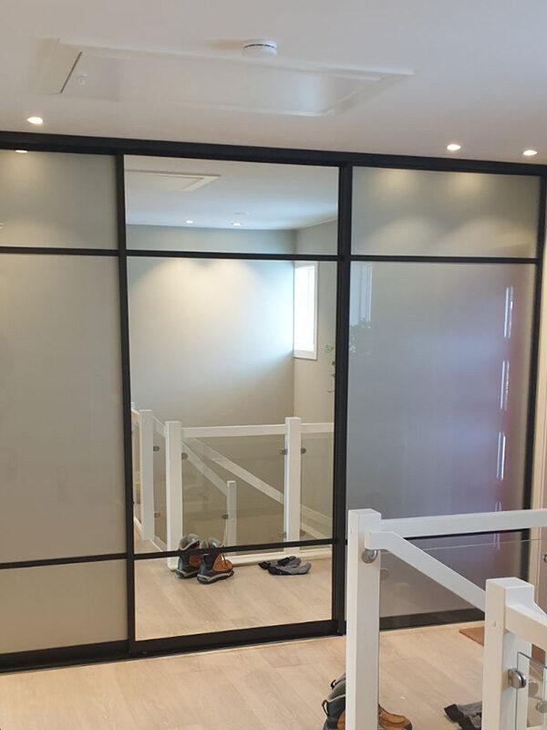 skyvedører med klart speil og hvitt glass med svarte profiler og sprosser
