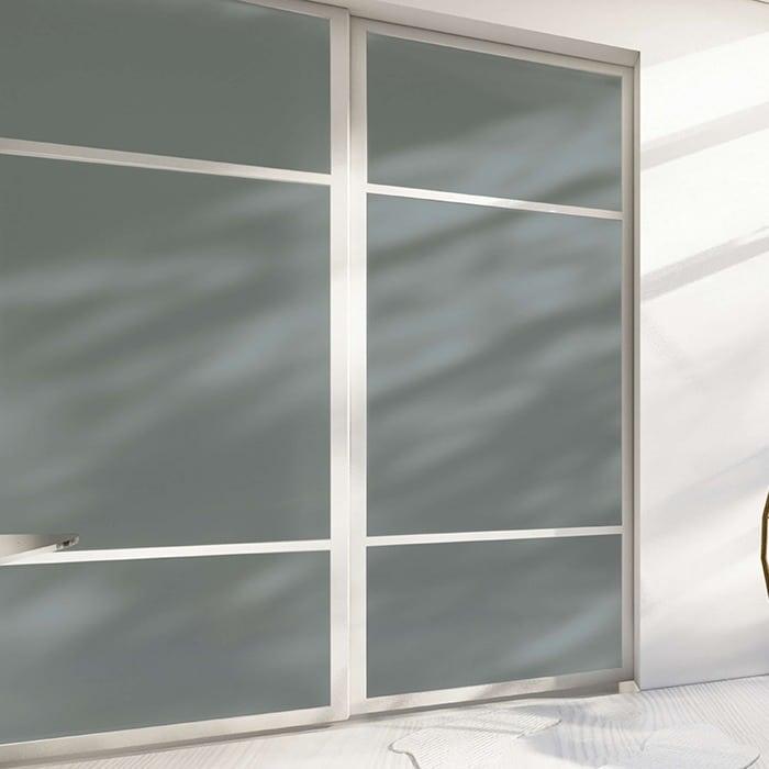 skyvedører med farget glass