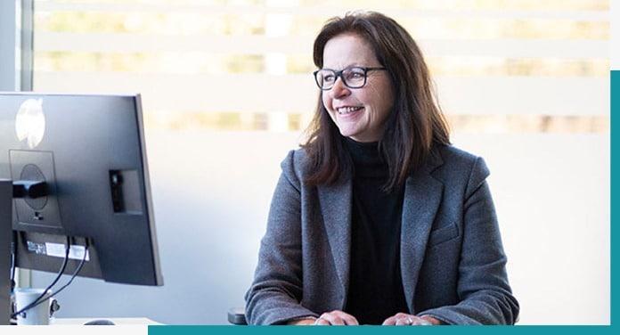 Garderobeselger Anita hjelper kunde å designe sin egen skyvedørsgarderobe