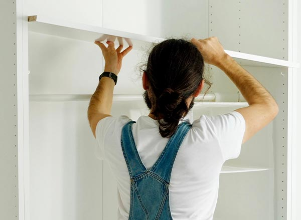 montør som monterer garderobe fra garderobemekka