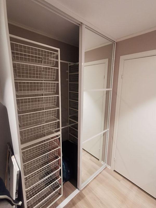 garderobeinnredning med kurver og garderobestenger