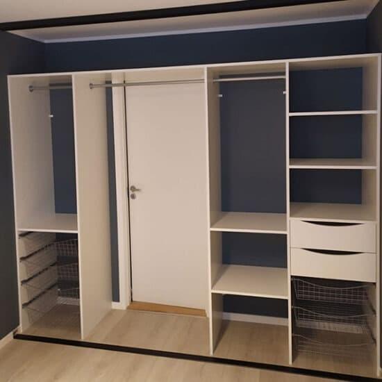 skreddersydd garderobeinnredning tilpasset på mål med dør på innsiden av garderoben