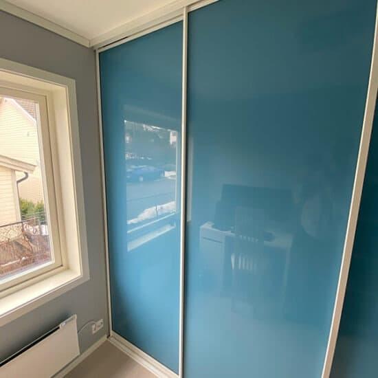 skyvedører med blått glass og sølvfargede profiler skreddersydd på mål