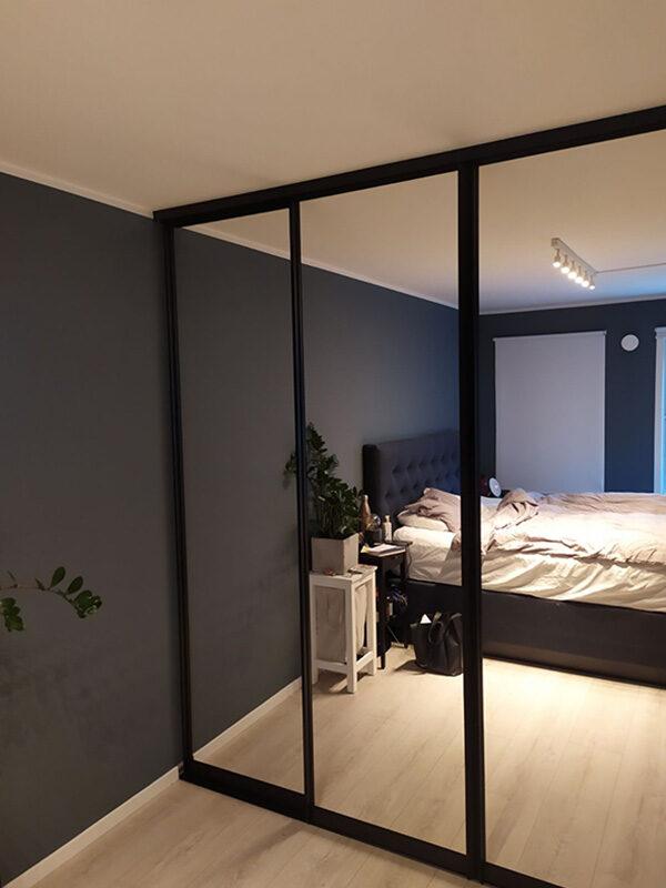 skyvedører med sotet speil og svarte profiler
