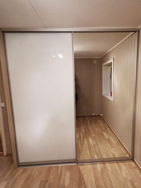skyvedører med hvitt glass og klart speil