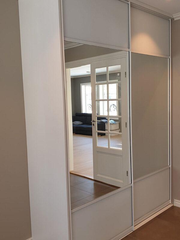 skyvedører med klart speil og hvitt glass og sølvfargede profiler og sprosser