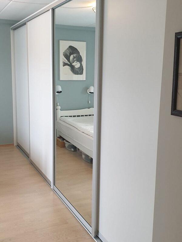 Skyvedører med hvitt glass og klart speil, med søvfargede profiler