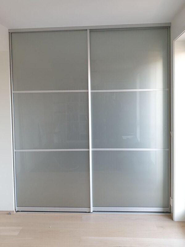 skyvedører med hvitt matt glass og sølvfargede profiler og sprosser som dekor