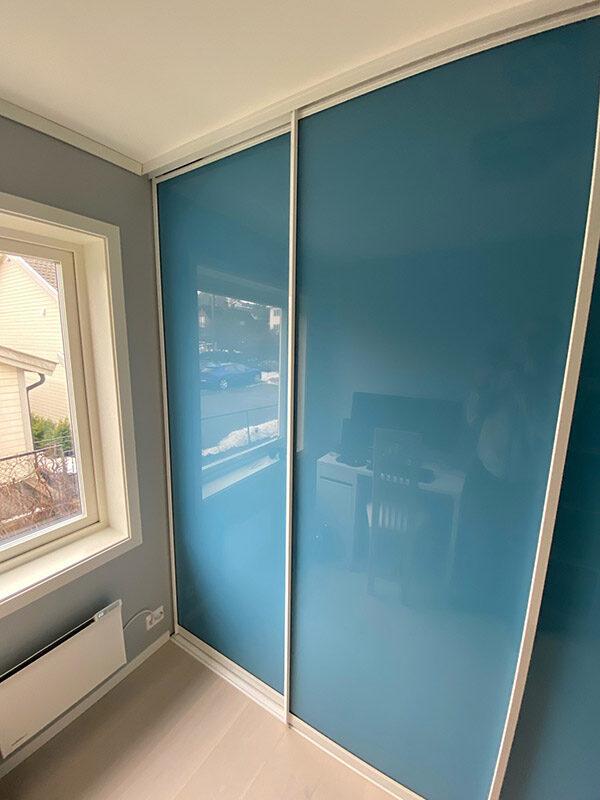 skyvedører med blått glass og søvfargede profiler