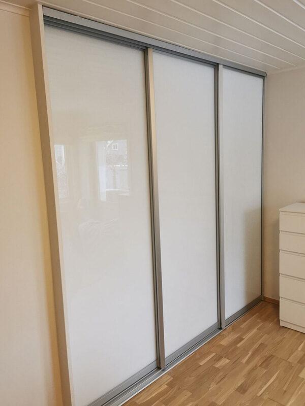 skyvedører med hvitt glass og sølvfargede profiler