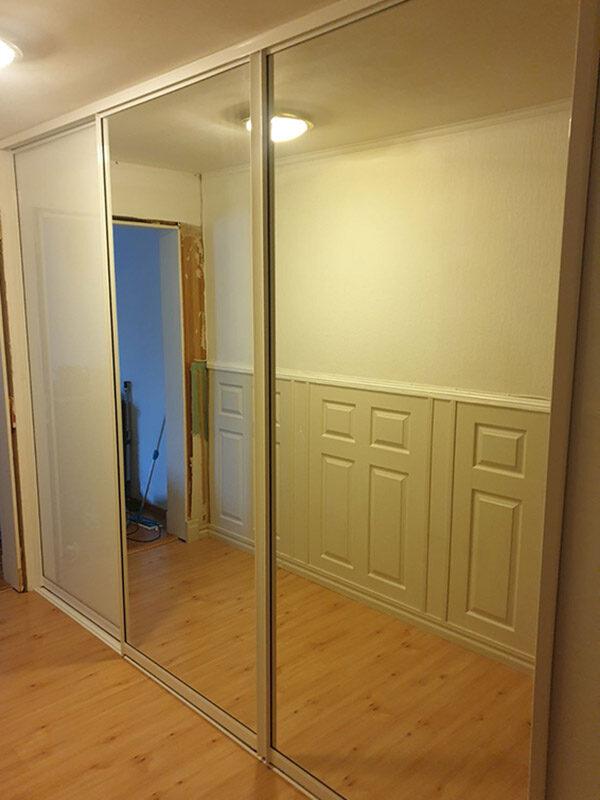 skyvedører med klart speil og hvitt glass, og med sølvfargede profiler