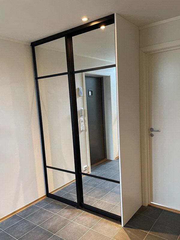 skyvedører med klart speil og svarte profiler og sprosser