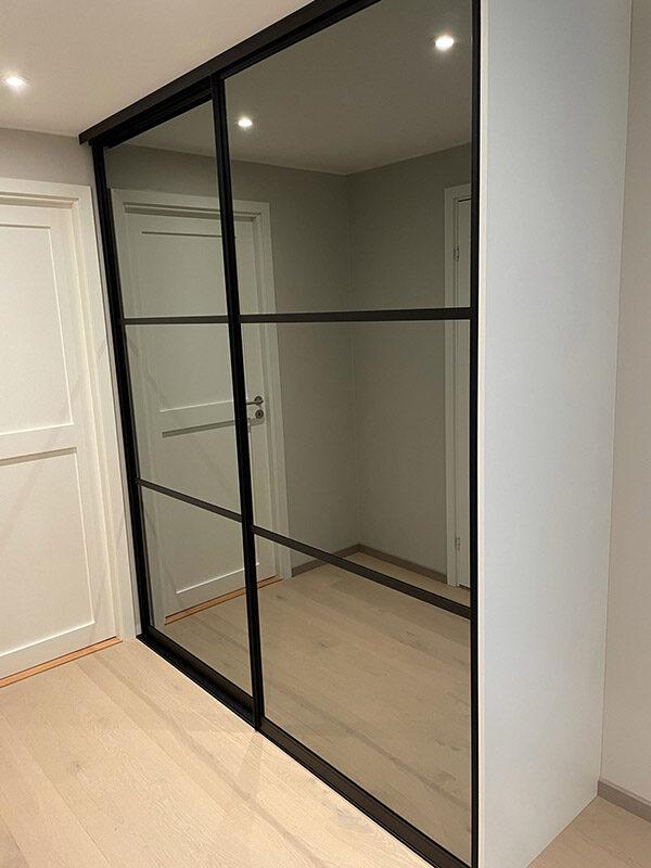 skyvedører med sotet speil og svarte profiler og sprosser