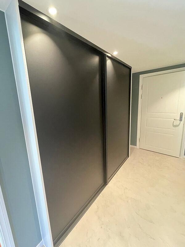 brede skyvedører med svart matt glass og svarte profiler