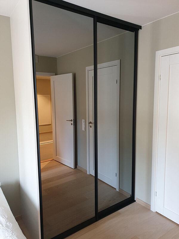 skyvedører med sotet speil og svarte profiler på soverom