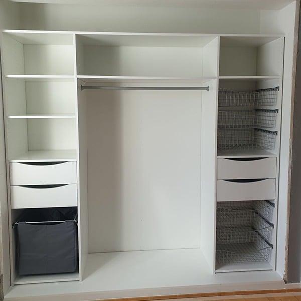 garderobeinnredning skreddersydd etter behov med hyller, kurver, skuffer og garderobestenger, spesialtilpasset på mål
