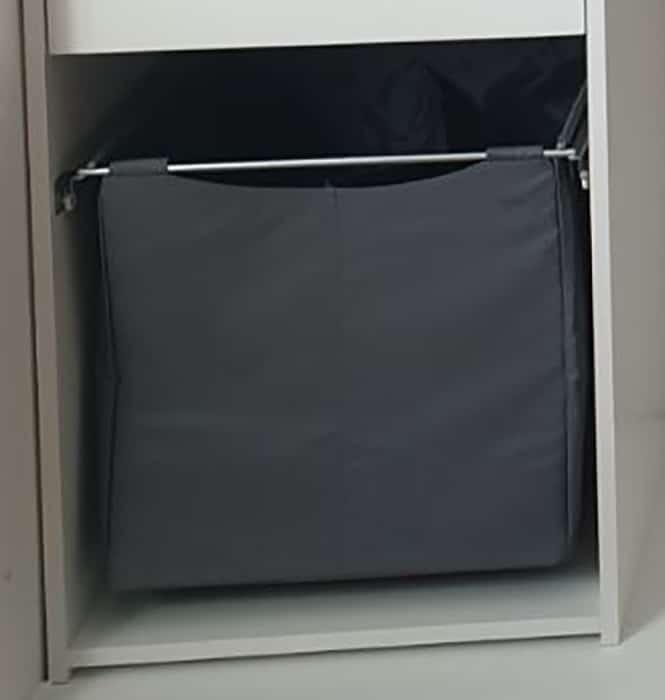grå tøykurv med stålramme til garderobe