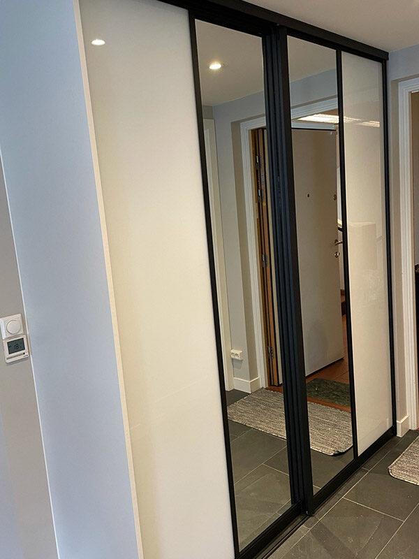 skyvedører med hvtt glass og klart speil og med svarte profiler