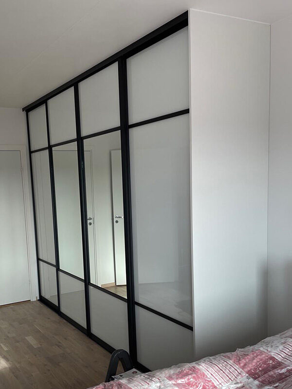 skyvedører med hvitt glass og klart speil, og med svarte profiler og sprosser som dekor