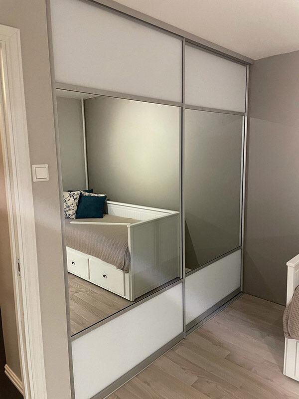 skyvedører med hvitt glass og klart speil og med sølvfargede profiler og sprosser