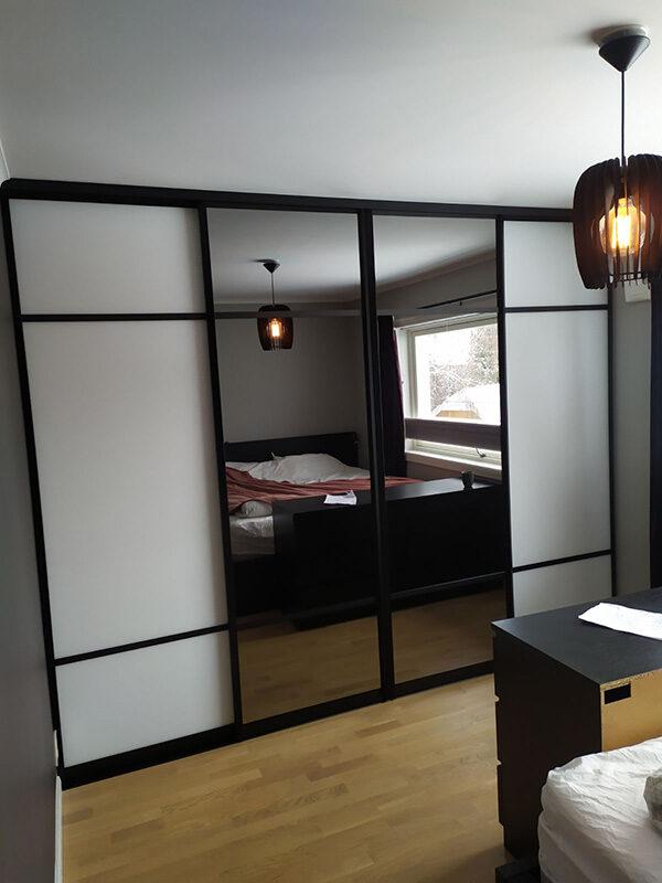 skyvedører med hvitt glass og sotet speil, og med svarte profiler og sprosser som dekor