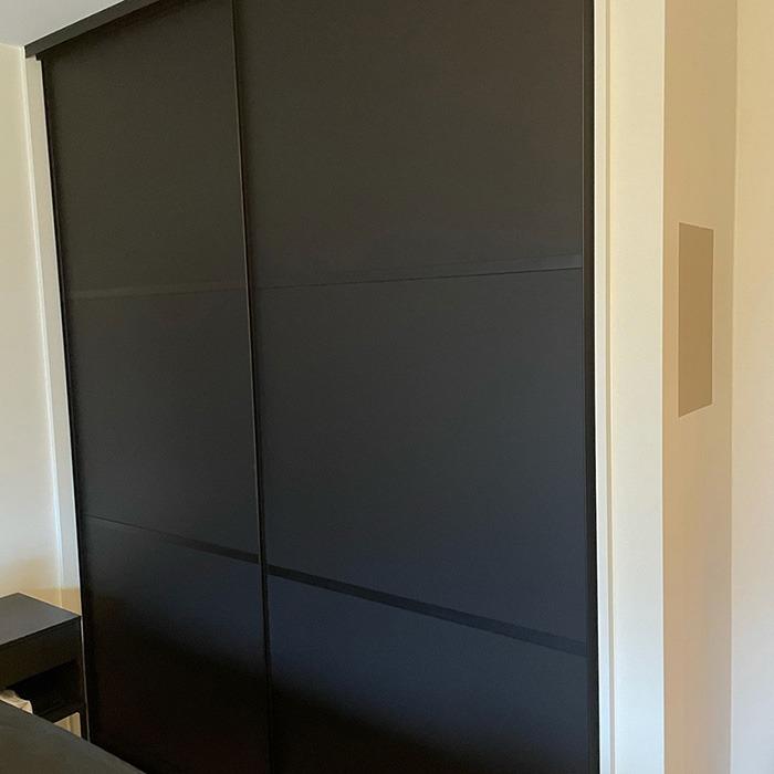 skyvedører med svart matt glass og svarte profiler og sprosser