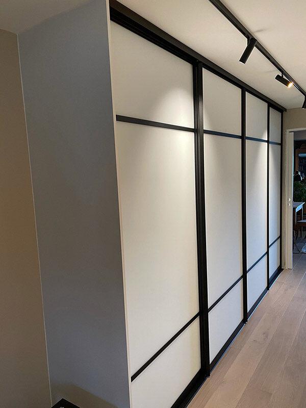 skyvedører med hvitt glass og svarte profiler og sprosser