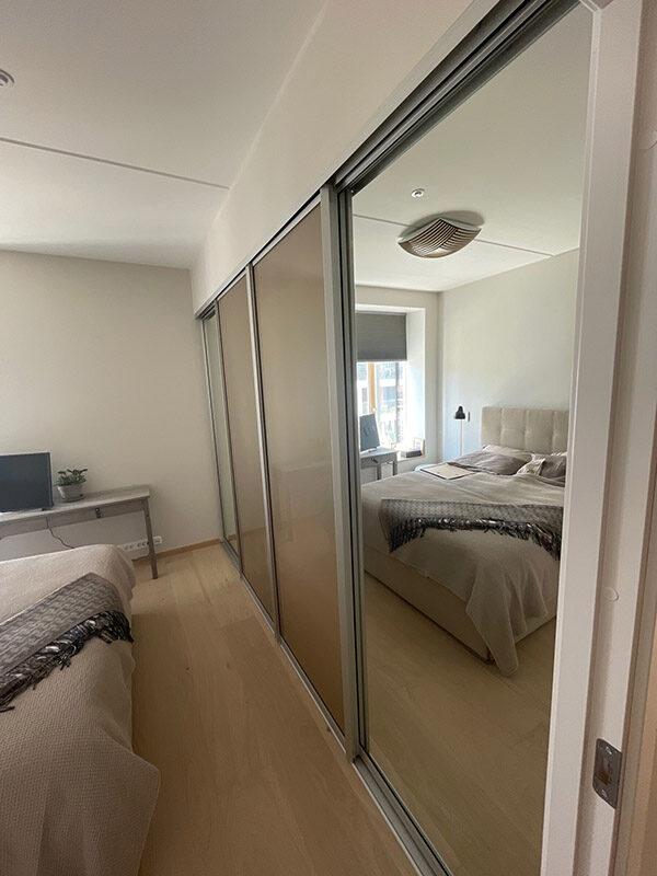 skyvedører med bronsefarget glass og klart speil